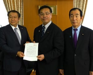 馳文科相に要望書を提出した森田組合長(左)と高木衆院議員(右)