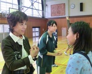 高校生に指導を受けた中学生が出身小学校の児童にピア・サポートワーク。担任教諭も加わった