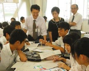 「クロスアート」の作品づくり。広島とハワイの姉妹校の生徒が同テーマで絵を描く。修学旅行で実際に会って絵を説明し合うことで、文化の違いを体験