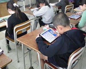 タブレット端末を使用して計算する児童