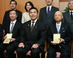 メダルを手にする大村、梶田の両氏