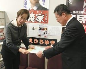 義家副大臣秘書に要望書を手渡す大橋会長