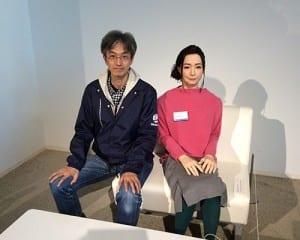 最先端のアンドロイド「オトナロイド」の横に座る小澤さん