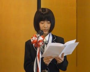 受賞作品を朗読する妹尾さん