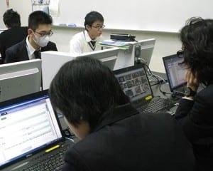 ウェブサイト制作に取り組む生徒たち