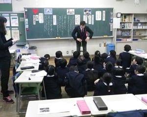 児童にバタフライのコツを聞かれ、伝授する木村選手
