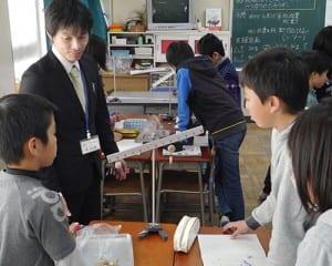 中学教員の視点で児童のサポートを行う