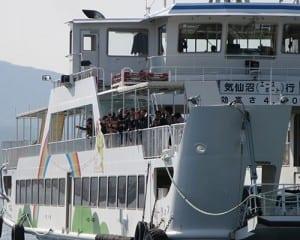 子どもたちは手を振った。「さようなら大島」と