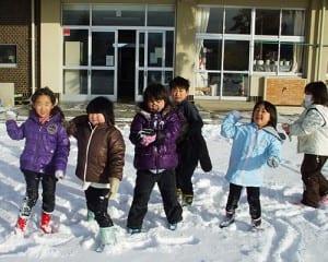 雪合戦で元気よく遊ぶ子どもたち
