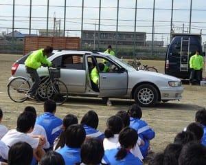 自転車事故のスタントで安全教室