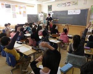 思考の過程を説明しようと挙手する児童