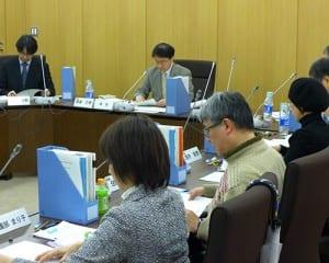 指針の骨子案で議論を交わした有識者会議