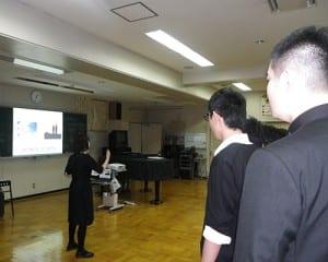 クラスで作ったスライドを見ながら合唱した