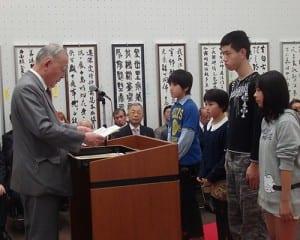 教育新聞社賞を受賞した児童生徒(1人欠席)