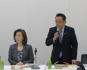出席議員に条文審議の協力を呼び掛ける丹羽衆院議員(右)