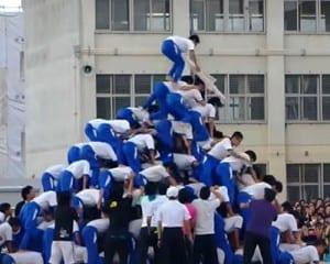 動画投稿サイトに公開された八尾市立中学校の体育祭で行われた10段ピラミッドの映像。この直後に崩壊した(YouTubeから)