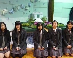 ガーデンデザイン「LOVE×PEACE」と生徒ら