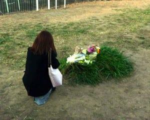 殺害現場となった場所に祈りと献花が絶えない