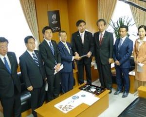 申し入れ書を馳文科相に手渡す河村会長(左)