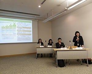 保護者へのアドバイスを送る秋田教授(前列右)と無藤教授(前列左)