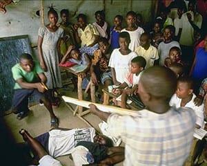 シオラレオネで(UNICEF/HQ01-0140/Roger Lemoyne)