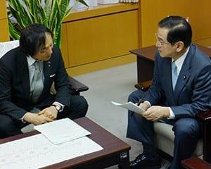 堂故政務官(右)に事情説明をする岡本伊賀市長