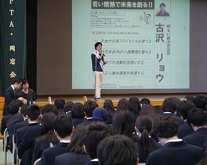 候補者の演説を聞く生徒ら
