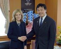 笑顔で握手を交わす馳文科相とケネディ大使