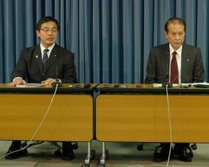 文科省で、会合の内容を報道陣に説明する馳文科相と座長を務める早稲田大学の鎌田薫総長