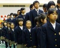 9年生(中学3年生)とともに入場する新1年生たち