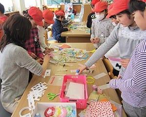学校図書館ボランティアと図書委員会の児童が企画する「しおり作り」