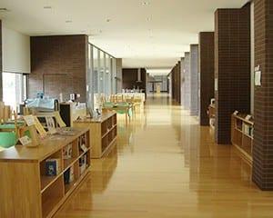 一直線に長いギャラリー棟の一角にある開放的な図書館