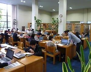 図書館本館の中央閲覧席