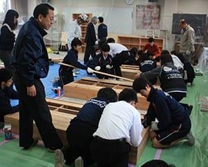 ならの木を使用した書架を生徒自ら組み立てる