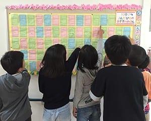「目指せ100冊」を行い、達成者は図書館横の掲示板に本と一緒に顔写真を掲示