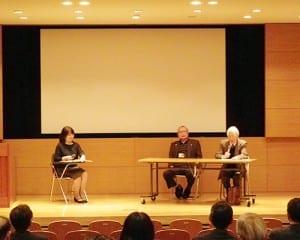 内田教授(右)と平沢氏(中央)が啓発の重要性を語った