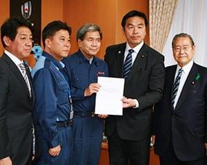 馳文科相に要望書を手渡す蒲島知事(左から3番目)
