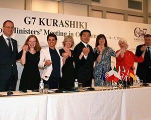 共同記者会見では、G7各国・EU代表らが手を握り、宣言内容を実行していくと誓った