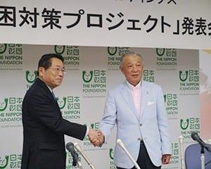 笹川会長(右)と福原副社長が固い握手を交わした