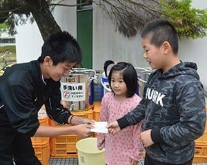 被災地で子どもたちの世話をする地元の高校生