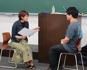 学生にインタビューを行う講師の上田さん