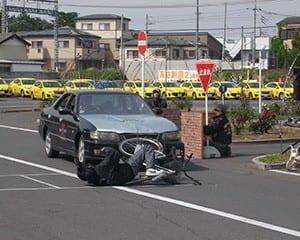 真に迫る交通事故のスタント演示は効果的
