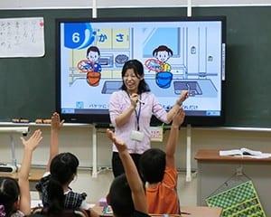 既存の黒板前面に設置した電子黒板を授業内容に応じて活用