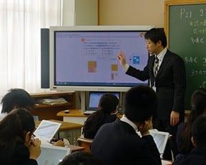 デジタル教科書を活用した因数分解の学習を行う
