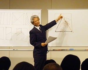 考える算数について話す坪田教授