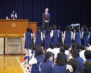 生徒はメキシコの歌を大使に届けた