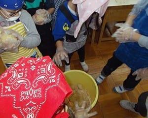 3年生の総合的な学習で「大豆パワーのひみつを探ろう~味噌づくり」を実践