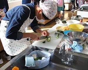 6年生での調理実習などで食事に関心をもたせる
