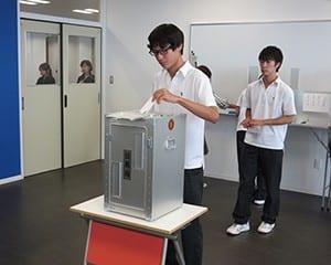模擬選挙体験授業で投票を行う生徒たち