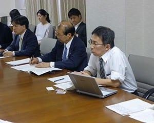 会見で「制限を設けることで高校生の政治活動が萎縮する」と語る三坂弁護士(右)